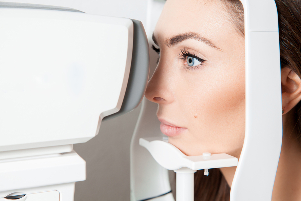 woman receiving an eye exam for her dry eye